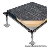 piso elevado com carpete